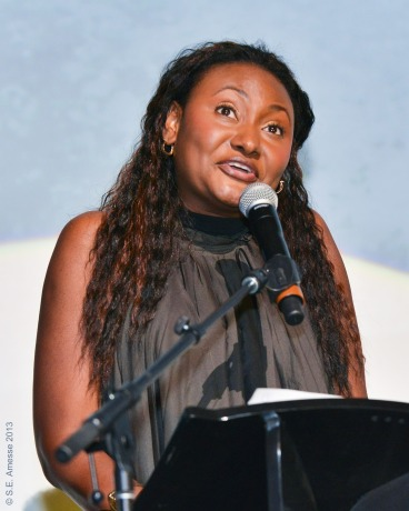 Fabienne Colas, présidente du Festival international du film black de Montréal, présente le Prix humanitaire 2013 à Danny Glover.