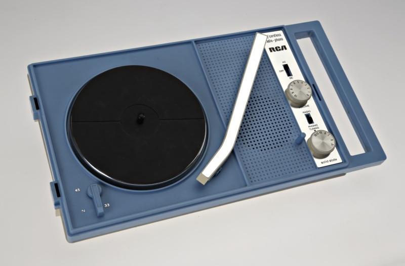 Tourne-disque portatif, vers 1970. Photo : Musée McCord.