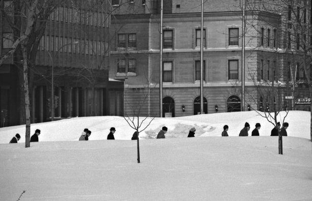 Passagers de train marchant dans la neige, près de la gare Windsor, centre-ville, vers 1969. Photo : Musée McCord.
