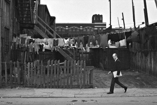 Homme marchant dans la rue Murray, Griffintown, vers 1970. Photo : Musée McCord