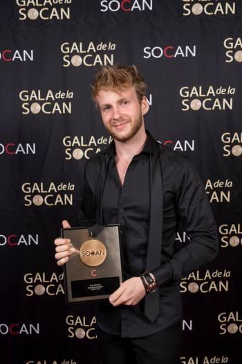 """Le gagnant de """"La Voix"""" Yoan a reçu le Prix Musique country. Photo : Benoît Rousseau."""